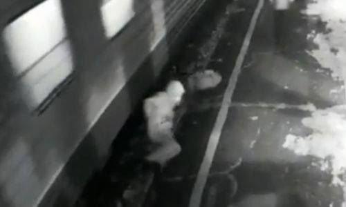 Sürətlə hərəkət edən qatarın altına düşdü, hər iki ayağı qopdu - VİDEO