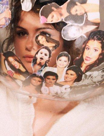 Selena Qomezdən yarıçılpaq fotosessiya
