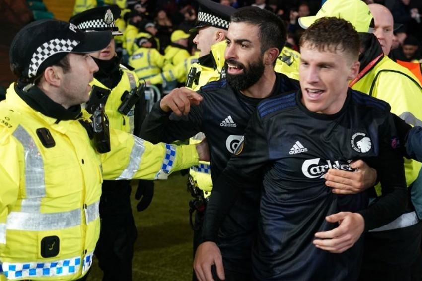 UEFA-dan polisi itələyən futbolçuya cəza