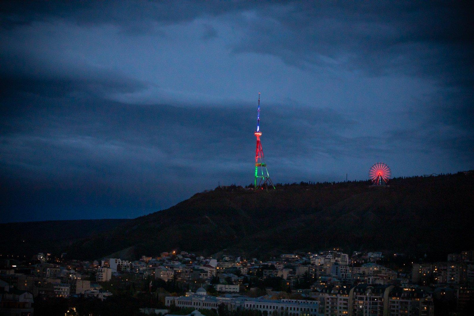 Tbilisi teleqülləsi Azərbaycan bayrağının rəngləri ilə işıqlandırıldı