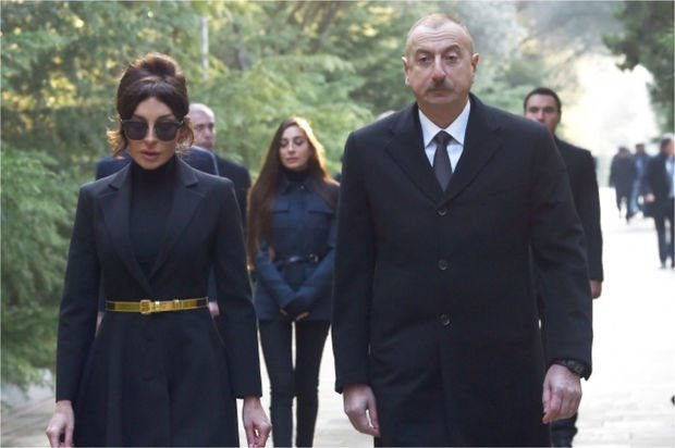 İlham Əliyev və Mehriban Əliyeva Heydər Əliyevin məzarını ziyarət ediblər