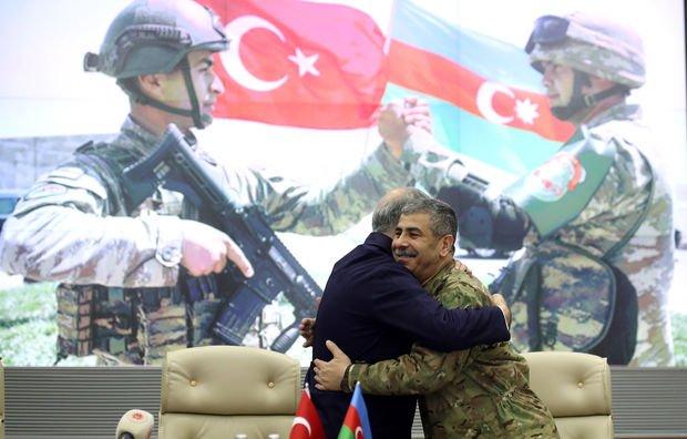 Hulusi Akar və Zakir Həsənovun zəfər sevinci: Qucaqlaşdılar və himn oxudular - FOTO/VİDEO