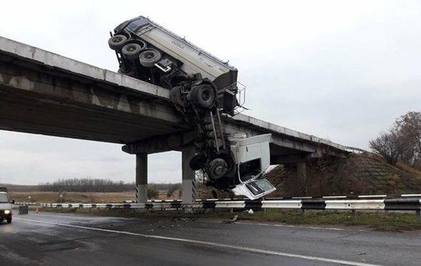 Sürücü ölümün üzünə bir metrdən baxdı